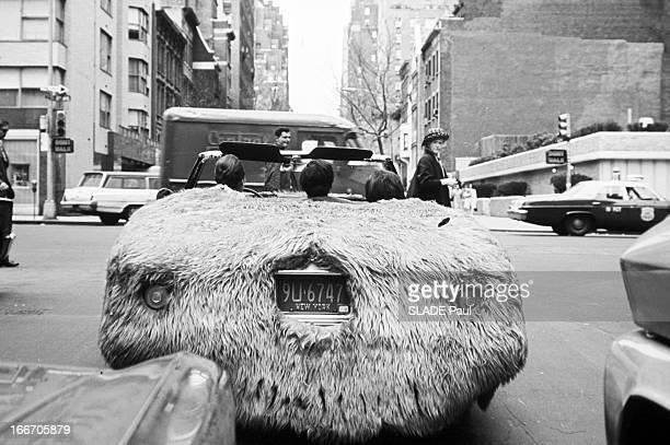 Car Covered With Fur Aux EtasUnis à New York 19 mai 1967 une voiture recouverte de fourrure dans les rues de la ville conduite une idée de John...