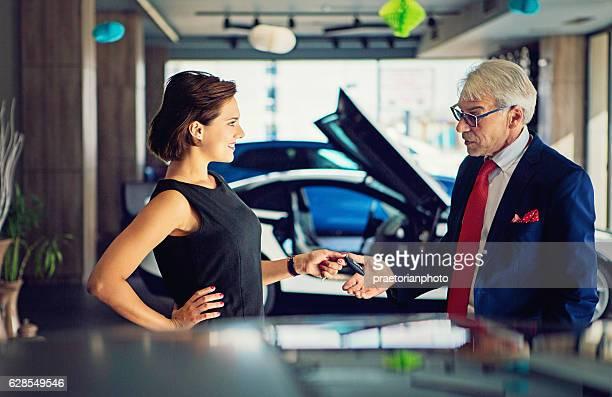 Estacionamiento de automóviles de ventas al cliente.