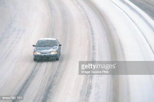Car driving on snowy motorway : Foto de stock