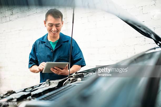 Auto Mechaniker Füllung Reparatur überprüfen sie Liste der an einem tablet arbeitet