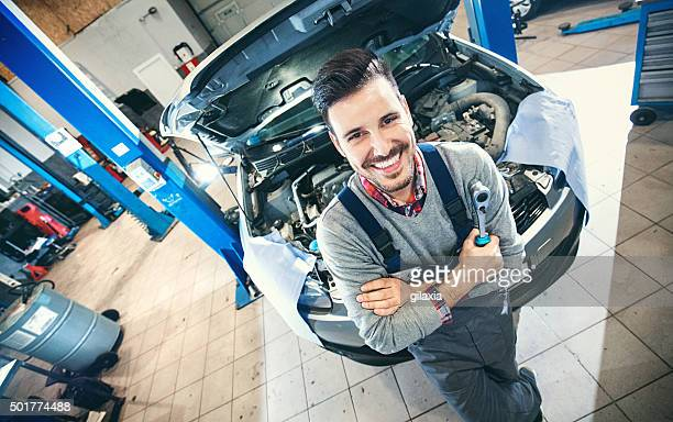 Auto Mechaniker stolz posieren.