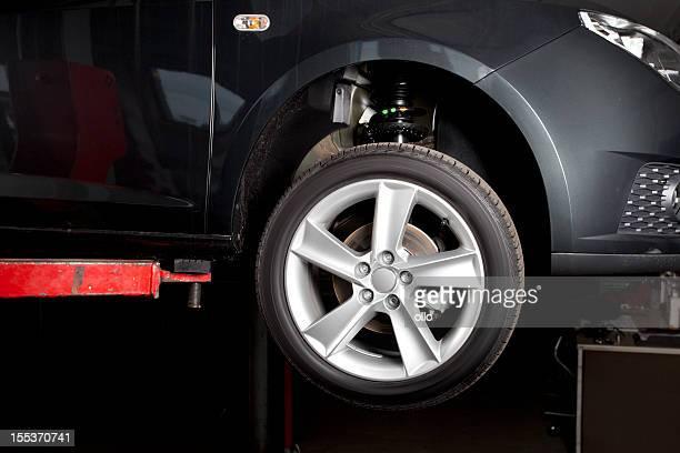 Voiture sur l'ascenseur-prêt pour le changement de pneu