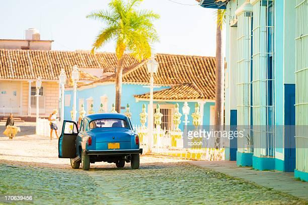 Coche en una calle de la antigua ciudad de Trinidad, Cuba