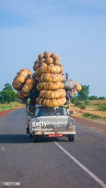 A car on the road from Mopti to Ségou