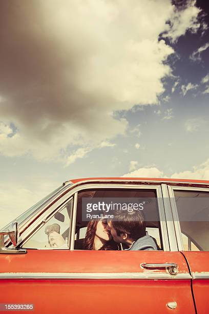 Coppia bacio in auto retrò