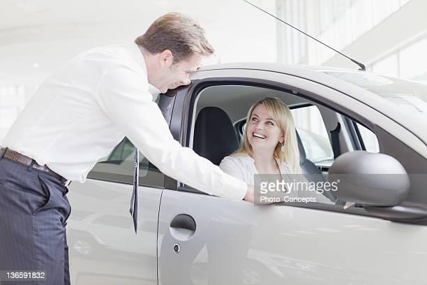 Auto-Verkäufer, Kunden mit dem Auto