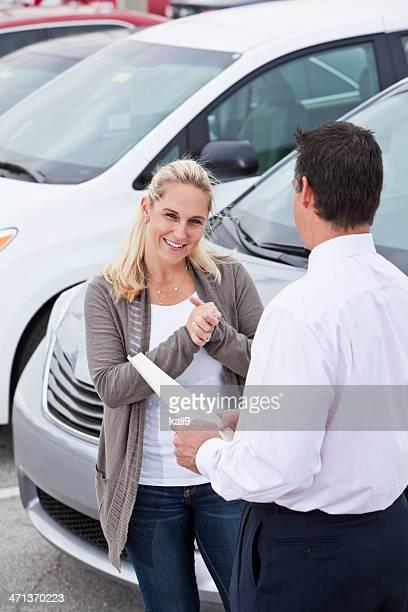 車のセールスマンに、顧客