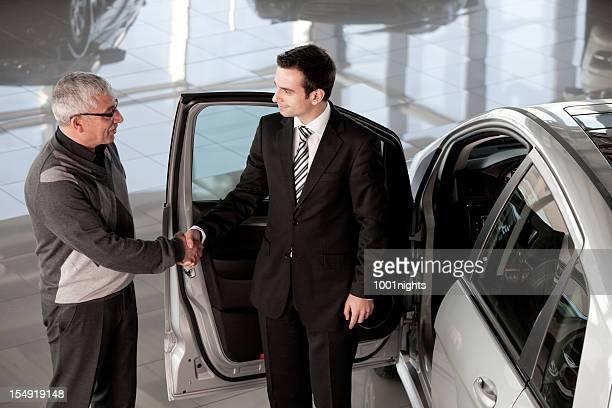 Autohändler und Älterer Mann