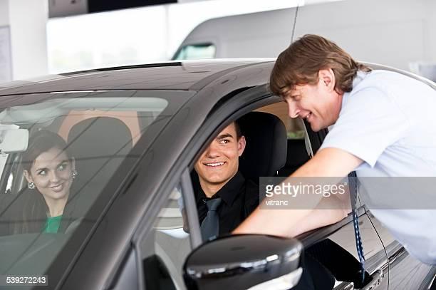 Autohändler, die dem Kunden einen neuen Wagen