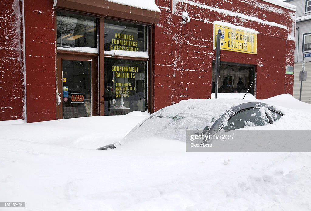 A car sits buried in snow on Highland Avenue after Winter Storm Nemo in Somerville, Massachusetts, U.S., on Saturday, Feb. 9, 2013. More than two feet of snow fell on parts of the U.S. Northeast as high winds left hundreds of thousands of people in the region without power, closed highways and forced the cancellation of 4,700 flights. Photographer: Kelvin Ma/Bloomberg via Getty Images