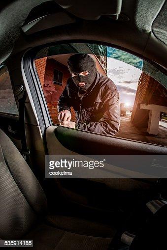 Ladrão de Carro em uma máscara. : Foto de stock