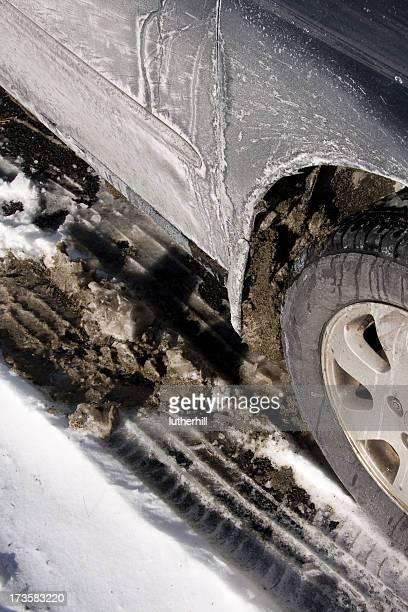 Auto con fanghiglia e neve e salt