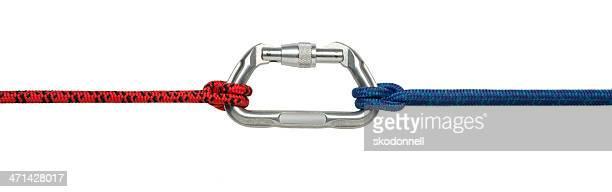 Karabiner-Clip und Klettern Seil isoliert auf weiss