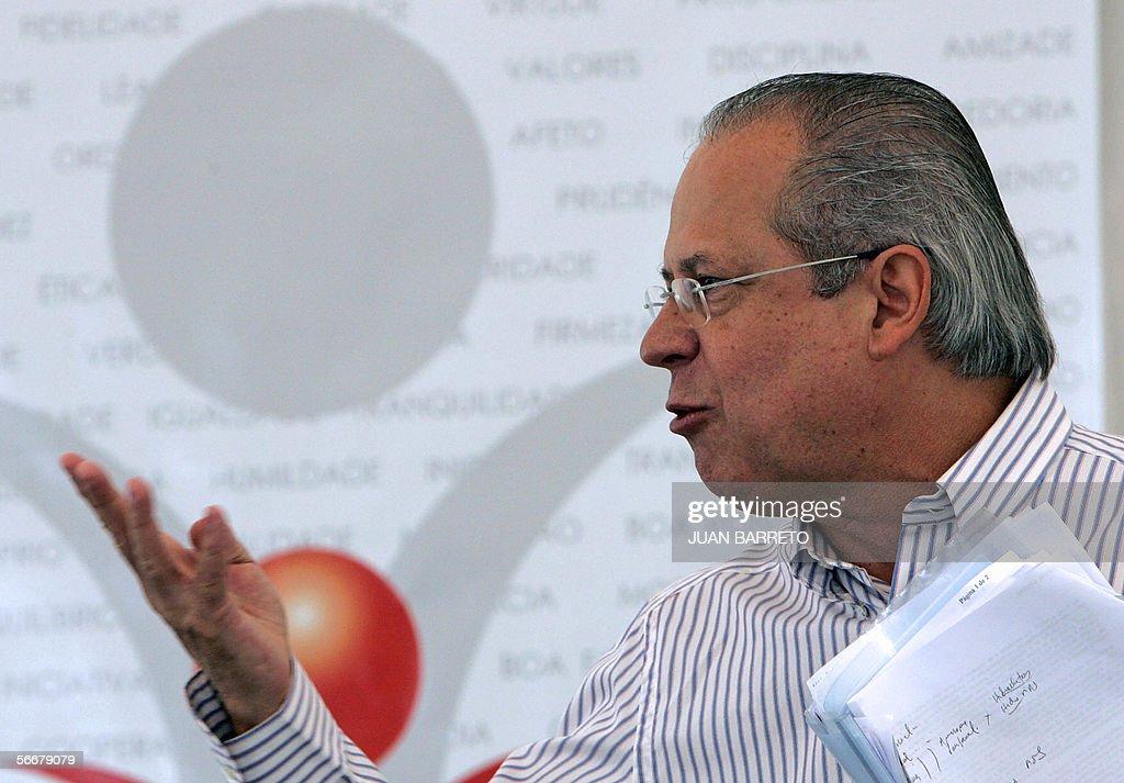 El ex jefe de gabinete brasileno Jose Dirceu gesticula durante una conferencia dictada en le marco del Foro Social Mundial en Caracas el 26 de enero...