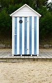 Carantec cabine à rayures sur la plage des vacances