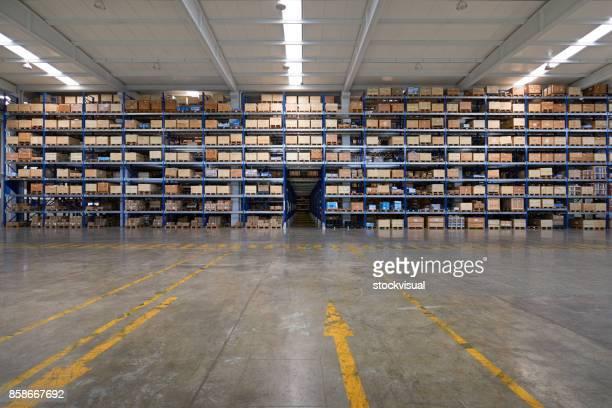Kartonnen doos in het magazijn