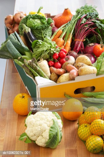 Cardboard box of assorted vegetables on kitchen counter : Foto de stock