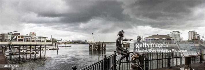 Cardiff Bay, view of the bay with People Like Us sculpture (sculptor John Clinch) : Stockfoto