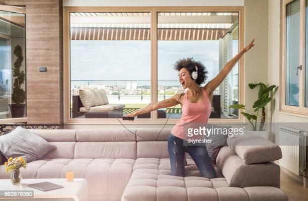 歌とペントハウスで MP3 音楽を聴いて楽しく気楽な黒人女性。
