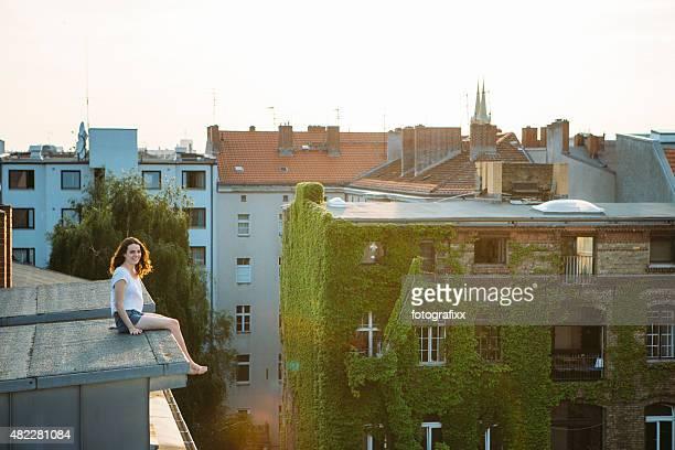 Entspannte Sommer Tag: Teenager-Mädchen mit Mut sitzt auf dem Dach