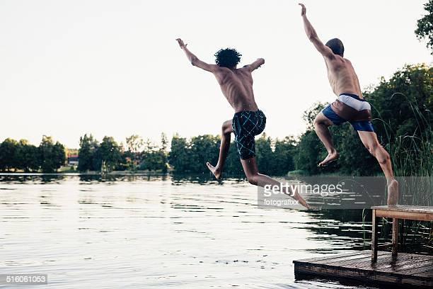 Entspannte Sommer Tag: Jugendliche springen in See