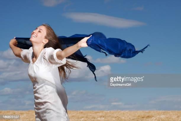 Pour le jeune femme rire dans le vent à l'extérieur