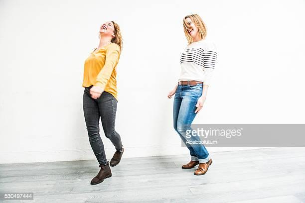 """Insouciante des jeunes femmes saut à l """" intérieur, Paris, France"""