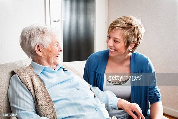 Cuidador y mujer mayor