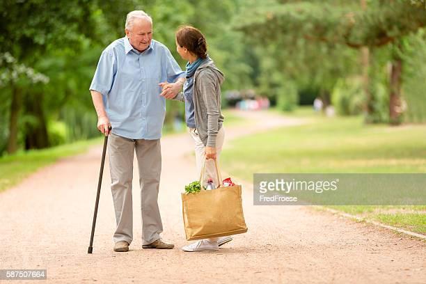 Der Fürsorgliche – Frau helfen senior Mann mit shopping
