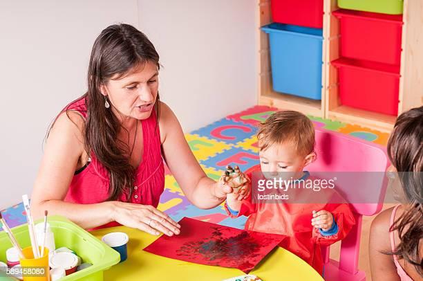 Vos aides-soignants et des bébés/bambins faire Peinture au doigt