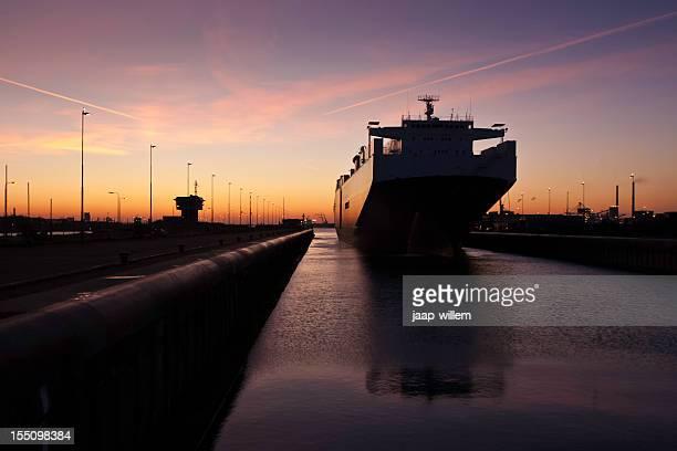 cargo Schiff in lock