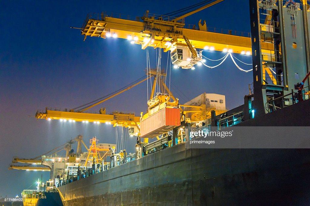 Buque de carga en el puerto por la noche : Foto de stock