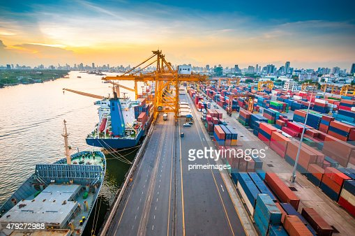 Frachtschiff im Hafen bei Sonnenuntergang.