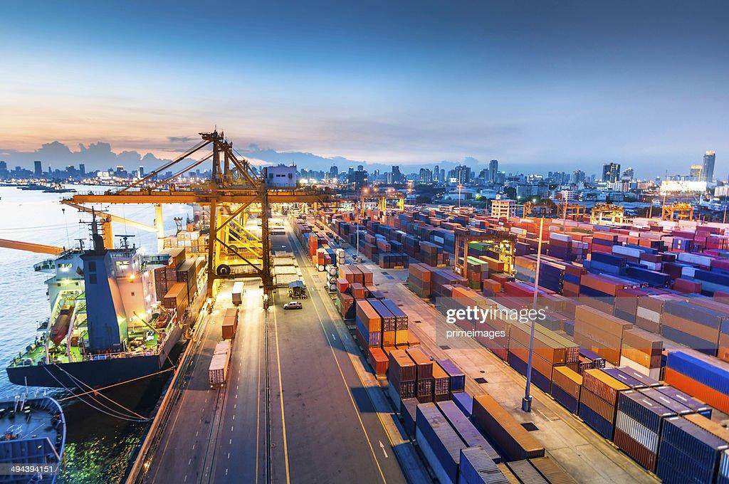 Frachtschiff im Hafen bei Sonnenuntergang. : Stock-Foto