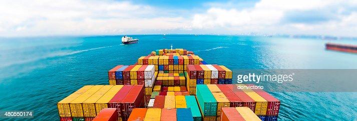 La carga de los buques que entran en los puertos más activos de Singapur. : Foto de stock