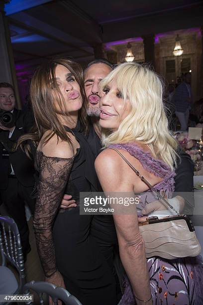Carine Roitfeld Marc Jacobs and Donatella Versace attend the amfAR dinner at the Pavillon LeDoyen during the Paris Fashion Week Haute Couture on July...