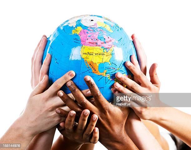 Cura mani basetta un mondo globo mostrando Emisfero settentrionale