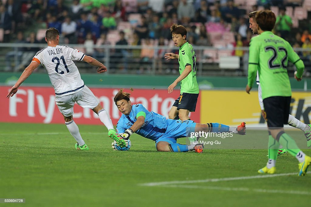 Carl Valeri of Melbourne Victory drives the ball in front of Goalkeeper Kwoun Sun-Tae of Jeonbuk Hyundai Motors during the AFC Champions League Round Of 16 match between Jeonbuk Hyundai Motors and Melbourne Victory at Jeonju World Cup Stadium on May 24, 2016 in Jeonju, South Korea.