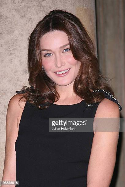 Carla BruniSarkozy attends the dinner honoring Iraq President Jalil Talabani at Elysee Palace on November 16 2009 in Paris France