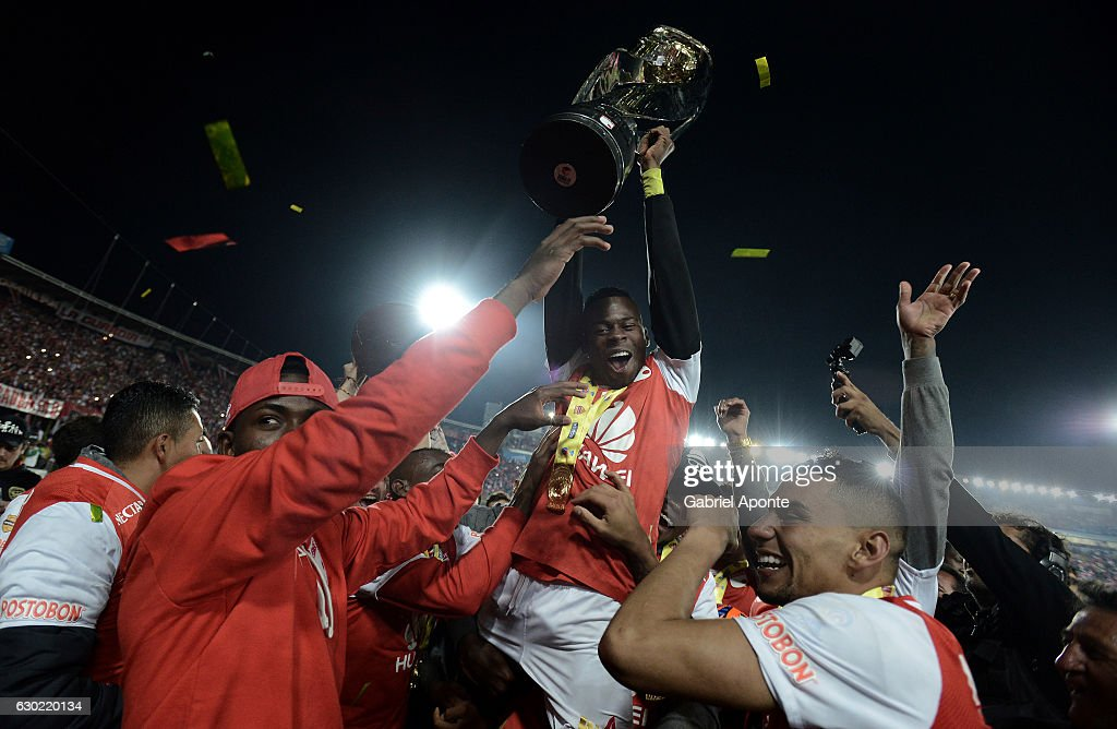 Carlos Arboleda of Santa Fe lifts the trophy to celebrate after winning a second leg final match between Santa Fe and Deportes Tolima as part of Liga Aguila II 2016 at El Campin Stadium on December 18, 2016 in Bogota, Colombia.