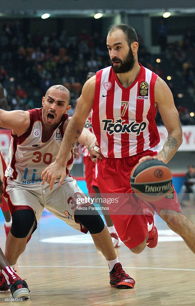 <a gi-track='captionPersonalityLinkClicked' href=/galleries/search?phrase=Carlos+Arroyo&family=editorial&specificpeople=201991 ng-click='$event.stopPropagation()'>Carlos Arroyo</a>, #30 of Galatasaray Liv Hospital Istanbul competes with <a gi-track='captionPersonalityLinkClicked' href=/galleries/search?phrase=Vassilis+Spanoulis&family=editorial&specificpeople=704857 ng-click='$event.stopPropagation()'>Vassilis Spanoulis</a>, #7 of Olympiacos Piraeus during the 2013-2014 Turkish Airlines Euroleague Regular Season Date 7 game between Olympiacos Piraeus v Galatasaray Liv Hospital Istanbul at Peace and Friendship Stadium on November 28, 2013 in Athens, Greece.