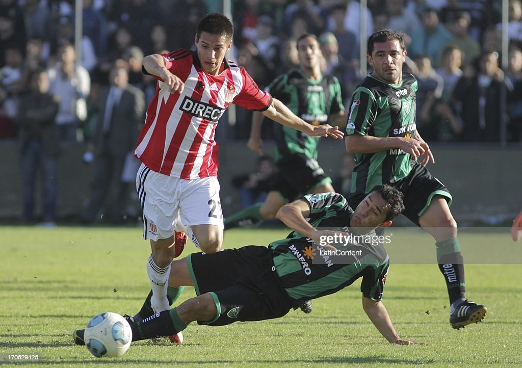 Carlos Auzqui of Estudiantes de La Plata fights for the ball during a match between San Martin de San Juan and Estudiantes de La Plata as part of the Torneo Final 2013 at the Ingeniero Hilario Sanchez stadium on June 15 2013 in San Juan, Argentina.