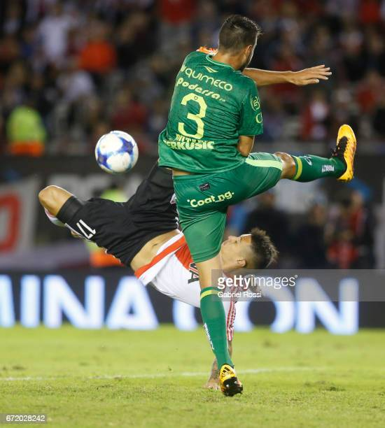 Carlos Auzqui of River Plate fights for the ball with Francisco Dutari of Sarmiento during a match between River Plate and Sarmiento de Junin as part...