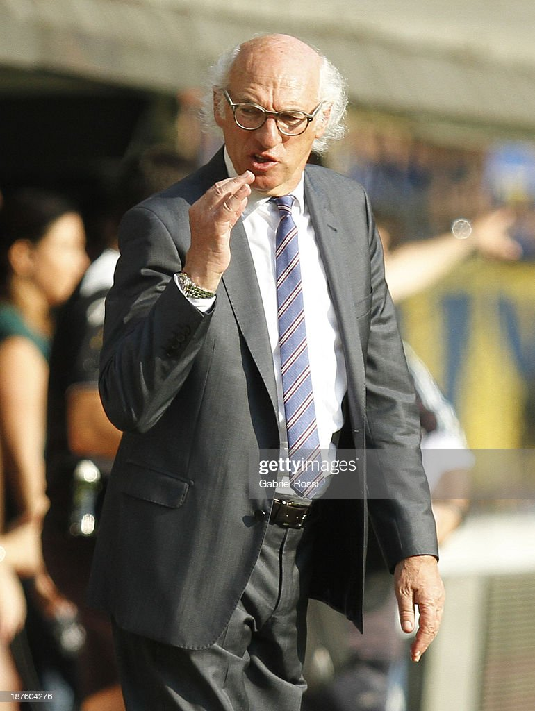 <a gi-track='captionPersonalityLinkClicked' href=/galleries/search?phrase=Carlos+Bianchi&family=editorial&specificpeople=772885 ng-click='$event.stopPropagation()'>Carlos Bianchi</a> coach of Boca Juniors gestures during a match between Boca Juniors and Tigre as part of round 15th of Torneo Inicial at Alberto J. Armando Stadium on November 10, 2013 in Buenos Aires, Argentina.