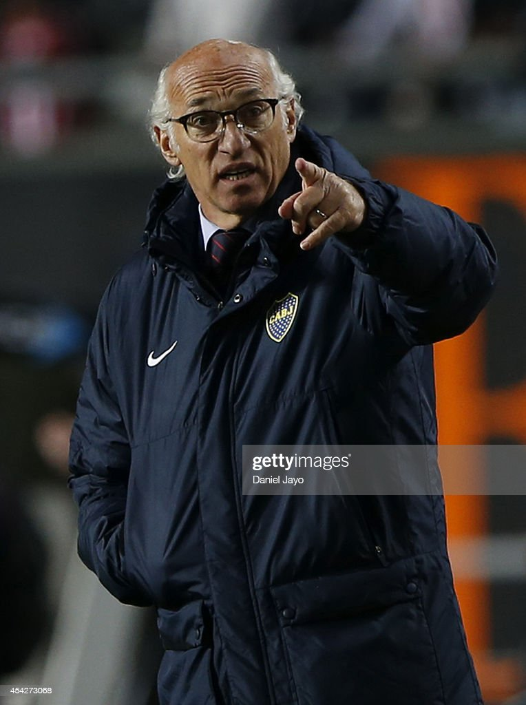 <a gi-track='captionPersonalityLinkClicked' href=/galleries/search?phrase=Carlos+Bianchi&family=editorial&specificpeople=772885 ng-click='$event.stopPropagation()'>Carlos Bianchi</a>, coach of Boca Juniors gives instructions to his players during a match between Estudiantes and Boca Juniors as part of forth round of Torneo de Transicion 2014 at Ciudad de La Plata Stadium on August 27, 2014 in La Plata, Argentina.
