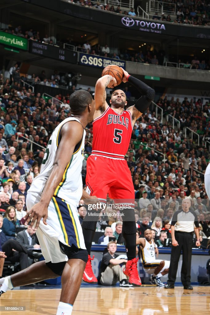 <a gi-track='captionPersonalityLinkClicked' href=/galleries/search?phrase=Carlos+Boozer&family=editorial&specificpeople=201638 ng-click='$event.stopPropagation()'>Carlos Boozer</a> #5 of the Chicago Bulls shoots against <a gi-track='captionPersonalityLinkClicked' href=/galleries/search?phrase=Derrick+Favors&family=editorial&specificpeople=5792014 ng-click='$event.stopPropagation()'>Derrick Favors</a> #15 of the Utah Jazz at Energy Solutions Arena on February 08, 2013 in Salt Lake City, Utah.