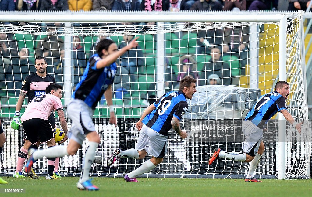Carlos Carmona (R) of Atalanta celebrates after scoring the opening goal as Stefano Sorrentino (L) goalkeeper of Palermo show his dejection during the Serie A match between US Citta di Palermo and Atalanta BC at Stadio Renzo Barbera on February 3, 2013 in Palermo, Italy.