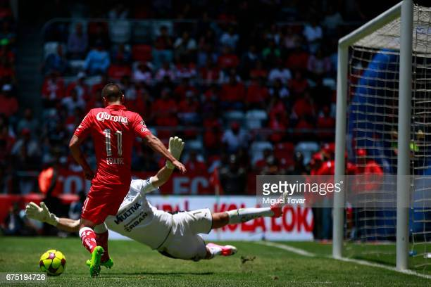 Carlos Esquivel of Toluca fails a chance to score against Tiago Volpi goalkeeper of Queretaro during the 16th round match between Toluca and...