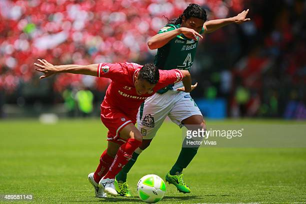 Carlos Esquivel of Toluca struggles for the ball with Carlos Peñ–a of Leon during the Semifinal second leg match between Toluca and Leon as part of...