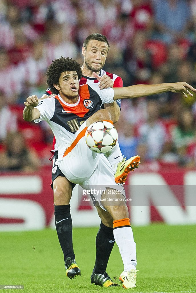 Carlos GurpegiÊ of Athletic Club Bilbao duels for the ball with <a gi-track='captionPersonalityLinkClicked' href=/galleries/search?phrase=Taison&family=editorial&specificpeople=5613080 ng-click='$event.stopPropagation()'>Taison</a> of Shakhtar Donetsk during the UEFA Champions League Group H match between Athletic Club and Shakhtar Donetsk at San Mames Stadium on September 17, 2014 in Bilbao, Spain.